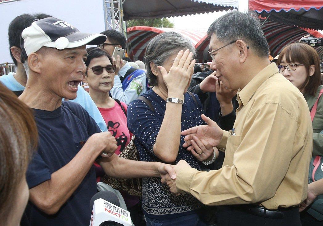 北市重陽長青健行,發生流血事件讓活動變調,民眾不滿當面向台北市長柯文哲(右)大聲...