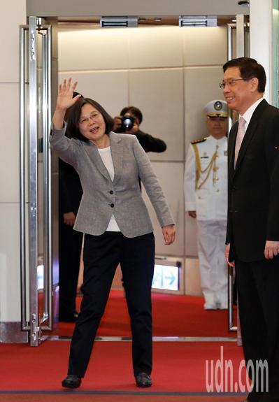 蔡英文總統昨天上午率團出訪太平洋友邦,上機前向大家揮手。 記者鄭超文/攝影