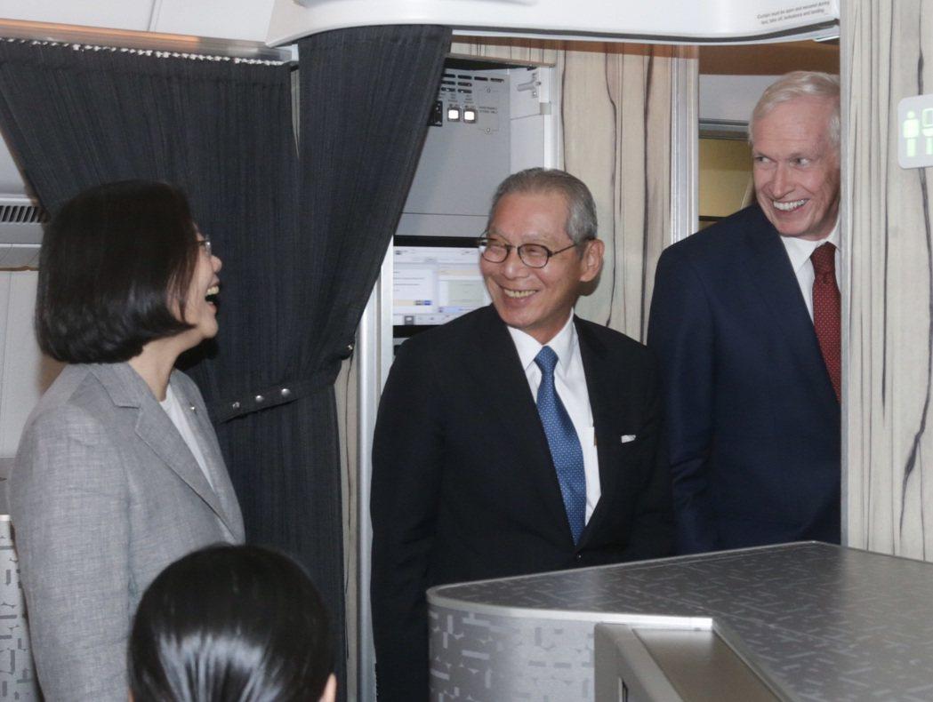 美國在台協會理事主席莫健(右)在蔡英文總統專機抵達過境的夏威夷機場後,與中華民國...