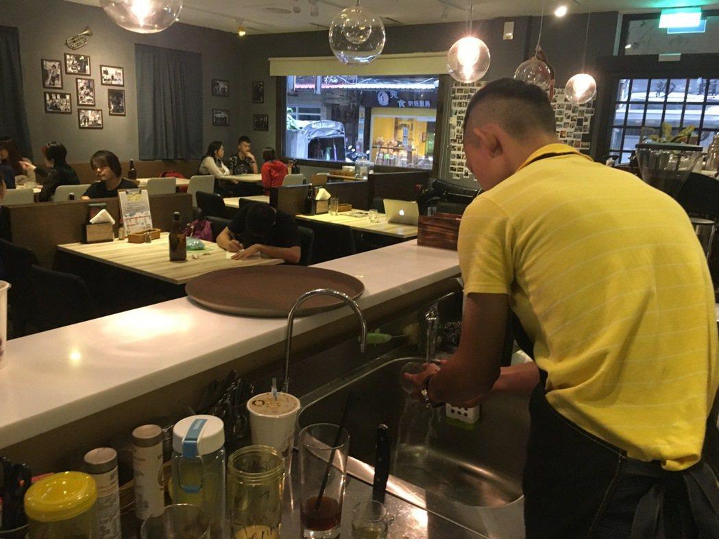 17歲的小林曾從事詐欺車手,現在在未來咖啡認真學習廚藝。 記者李承穎/攝影