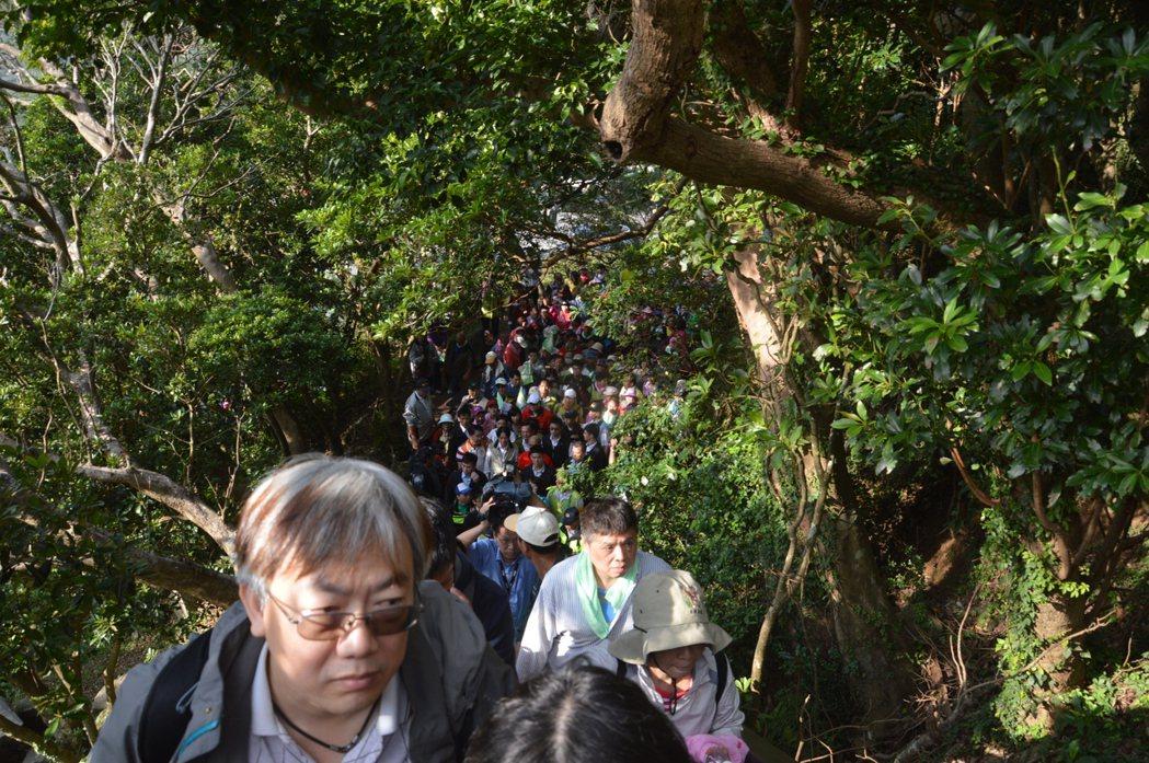 媒體爭相攝影加上民眾親近,賴清德登山幾乎是被人潮推著前進。 記者施鴻基/攝影