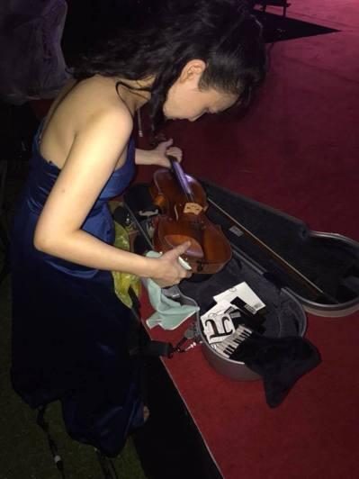 馮楚軒心疼小提琴淋雨,急忙拿乾布擦拭。 圖/取自臉書