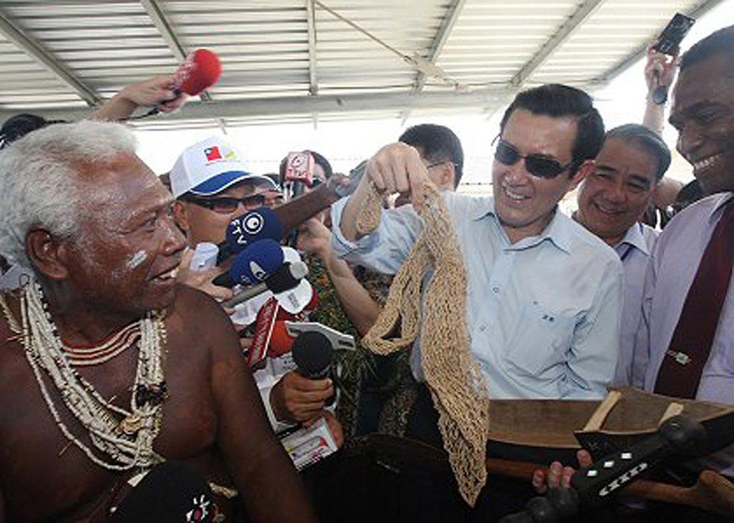 索羅門群島史坦利酋長當年從廣播得知台灣遭八八風災侵襲,立刻召集全村族人籌募捐款,...