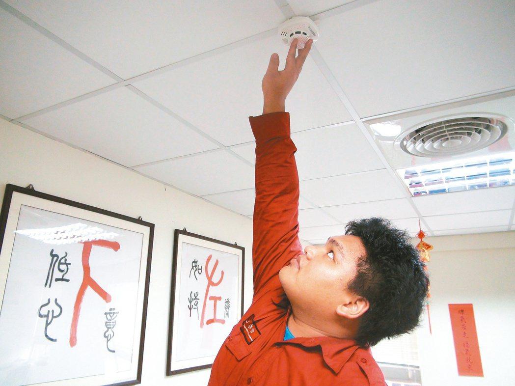 住宅用火災警報器可偵測濃煙或高溫,火災時發出警報聲,提醒民眾及早逃生。 本報資料...