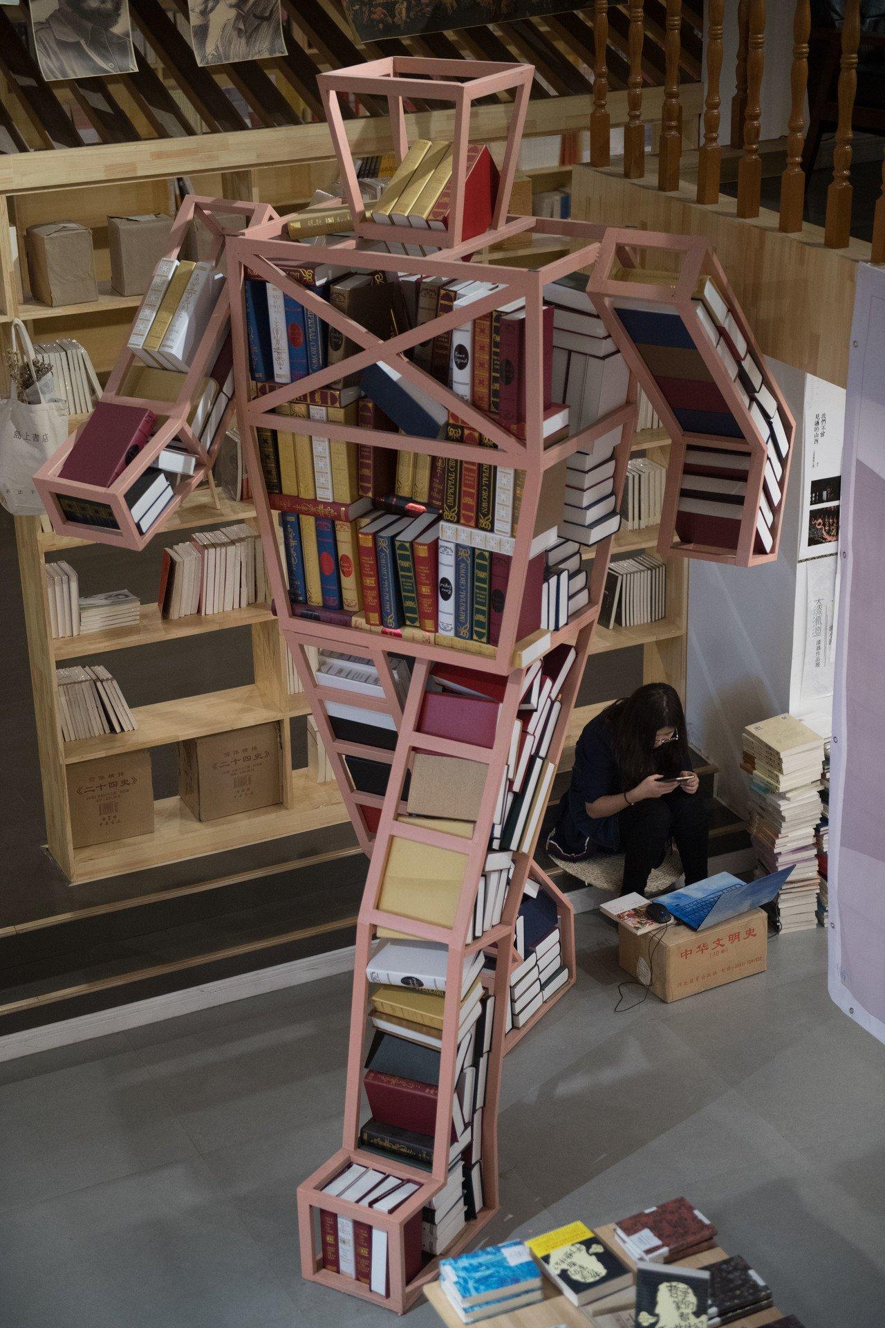 畢業生眾籌200萬元 地下車庫變身24小時書店。 中國新聞社