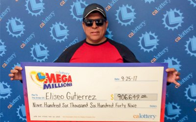 古提亞瑞茲戴墨鏡在加州彩券局領取90萬6649元大支票。(加州彩券局提供)