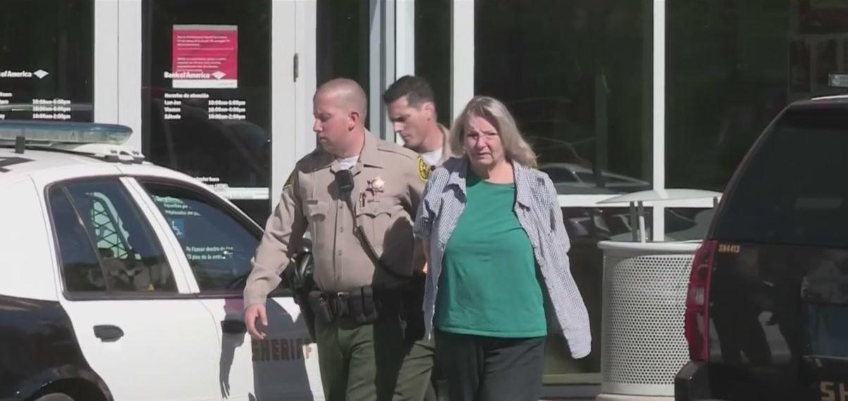 怪咖白人婦女雖然「還錢」,仍被警方押走。(CBS2電視台)