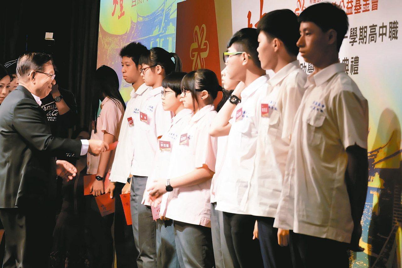 林燈基金會舉辦106學年高中職獎助學金頒獎典禮,45個學生獲獎,基金會董事長林孝...