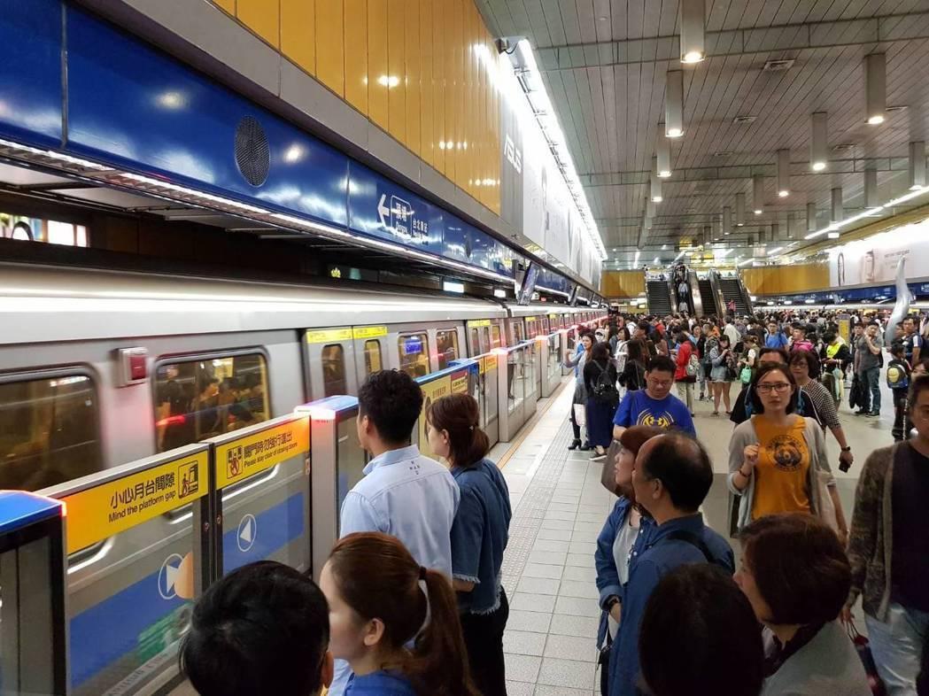 台北市10月初與新北市達成共識,明年4月前將推出30天定期票,票價預計落在150...