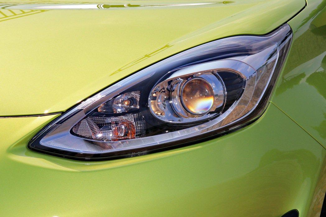 頭燈部分更導入整合遠近燈組的Bi-Beam頭燈。 記者陳威任/攝影