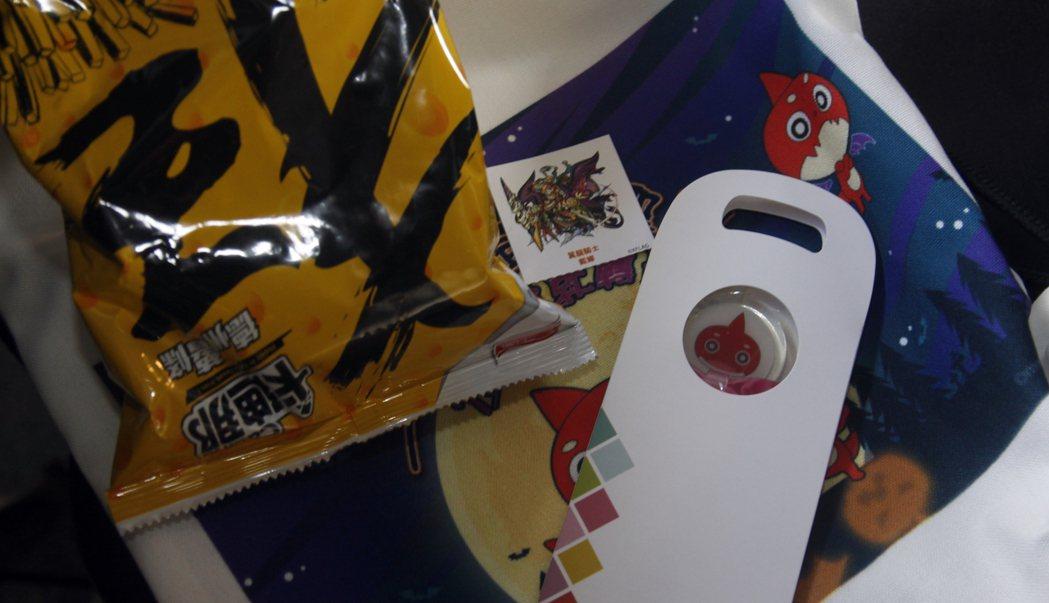 送給玩家的禮物:「限定角色的手機螢幕擦布」、「傲拉龍棒棒糖」、「怪物彈珠束口包」...