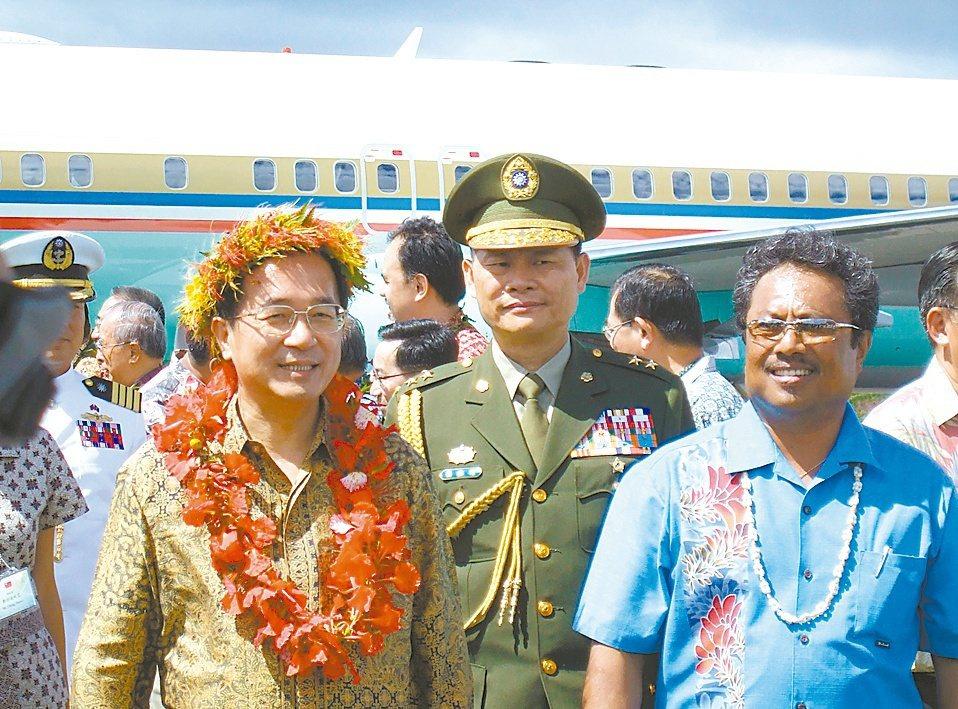 陳水扁(左)搭「空軍一號」訪帛琉。 圖/報系資料照片