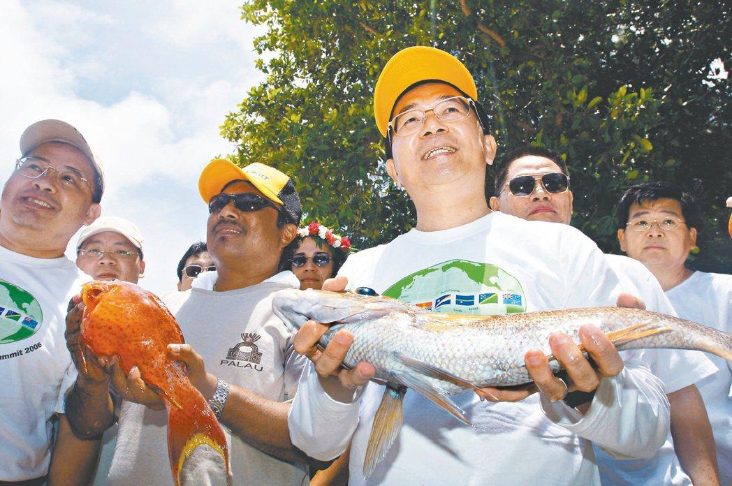 2006年台灣與南太元首高峰會,陳水扁與五位友邦元首出海進行一場釣魚友誼賽,成為...