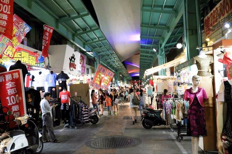 購物街也貼心設有遮雨棚,就算遇到下雨天也不怕。(圖片來源/高雄旅遊網)