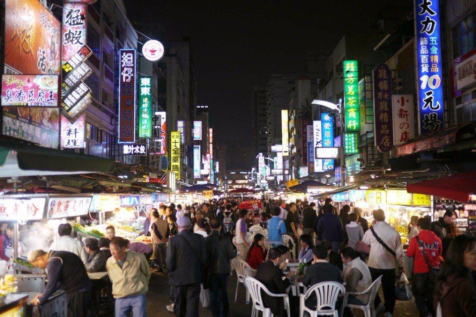 熱鬧非凡的「六合夜市」,是高雄最著名的夜市之一。(Flickr授權作者-Jun ...