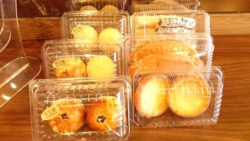 種類豐富的古早味手工甜點,如綠豆椪、蛋塔、香蕉蛋糕、麻糬等。(圖片來源/老江紅茶...