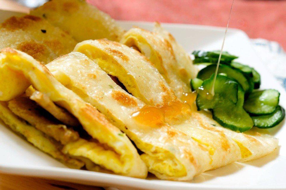 香Q酥脆的蛋餅,搭配酸甜爽口的小黃瓜,可是老江特有的招牌吃法唷!(圖片來源/老江...