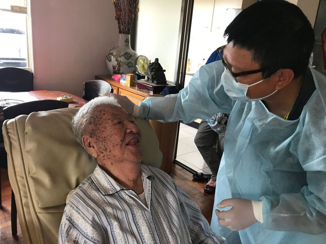 高姓老兵(左)接受牙醫羅界山二度居家治療後,終於可以參加同學會了,開心露齒展笑顏...