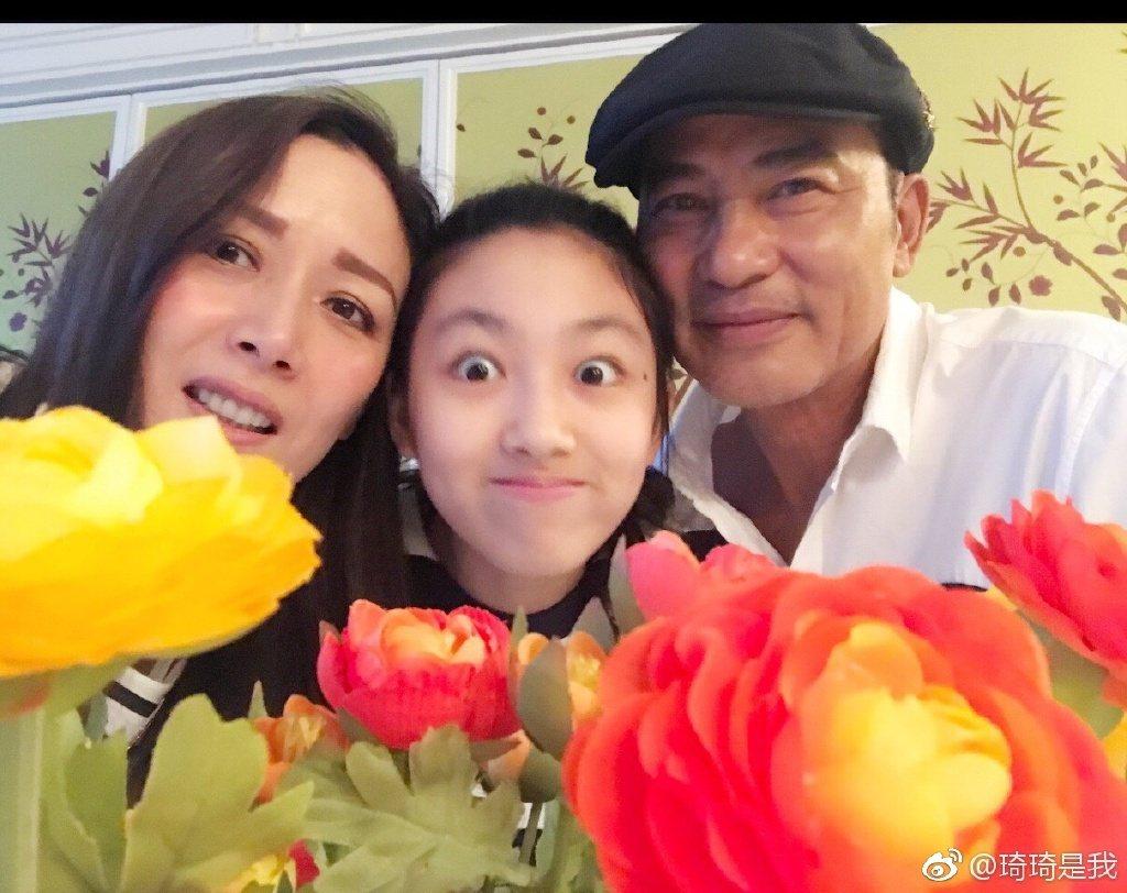 任達華(右起)、女兒Ella、妻子琦琦。圖/摘自微博