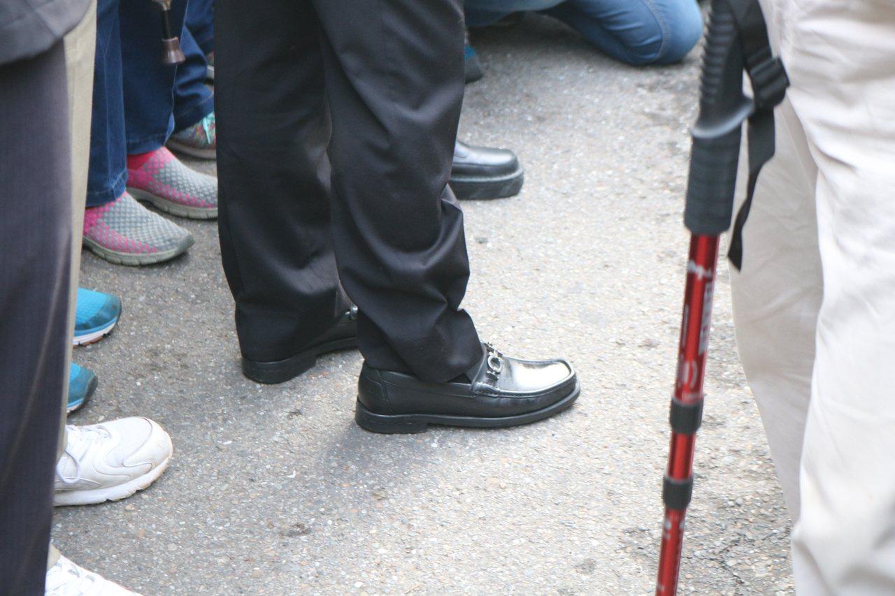 就連參加登山活動,賴清德也穿皮鞋,拘謹程度無懈可擊。(攝影/記者陳熙文)
