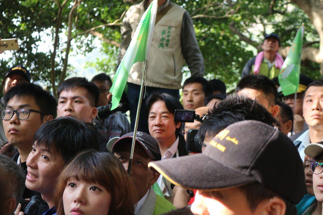 行政院長賴清德的臉被人群包圍,你找得到他在哪裡嗎?(攝影/記者陳熙文)