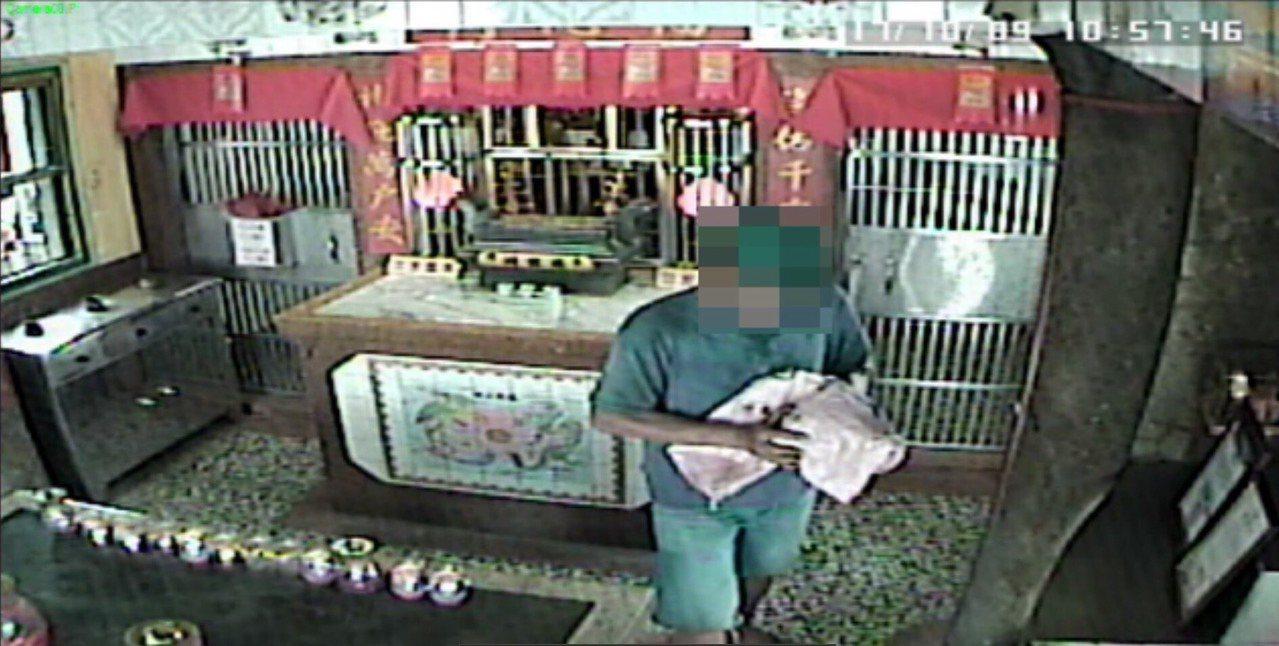 林姓男子涉嫌在台中市一間土地公廟偷香爐。記者游振昇/翻攝