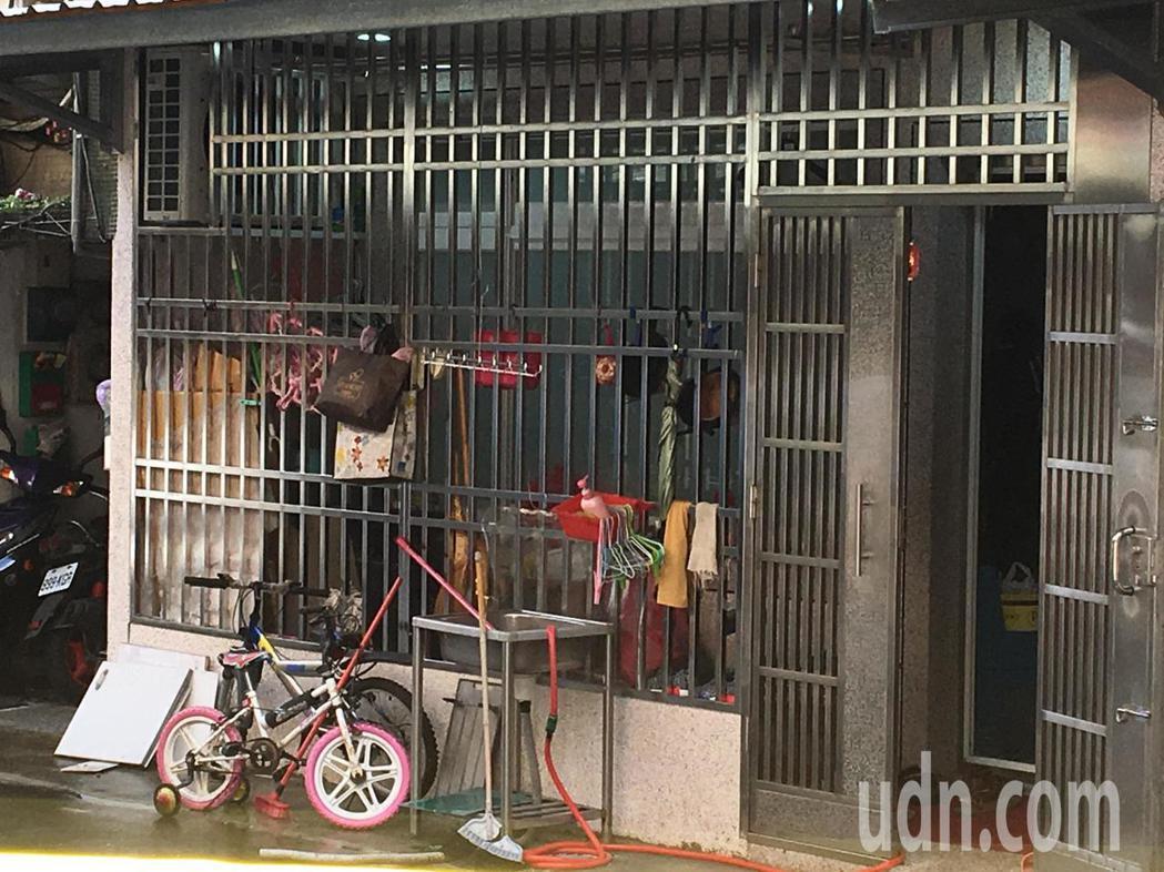 台北市公寓大火一家四口喪命,賴的父母住在一樓,家門口還擺著小朋友的家踏車。記者林...