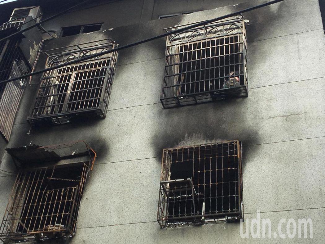 公寓大火一家四口命喪鐵窗旁。記者林孟潔/攝影