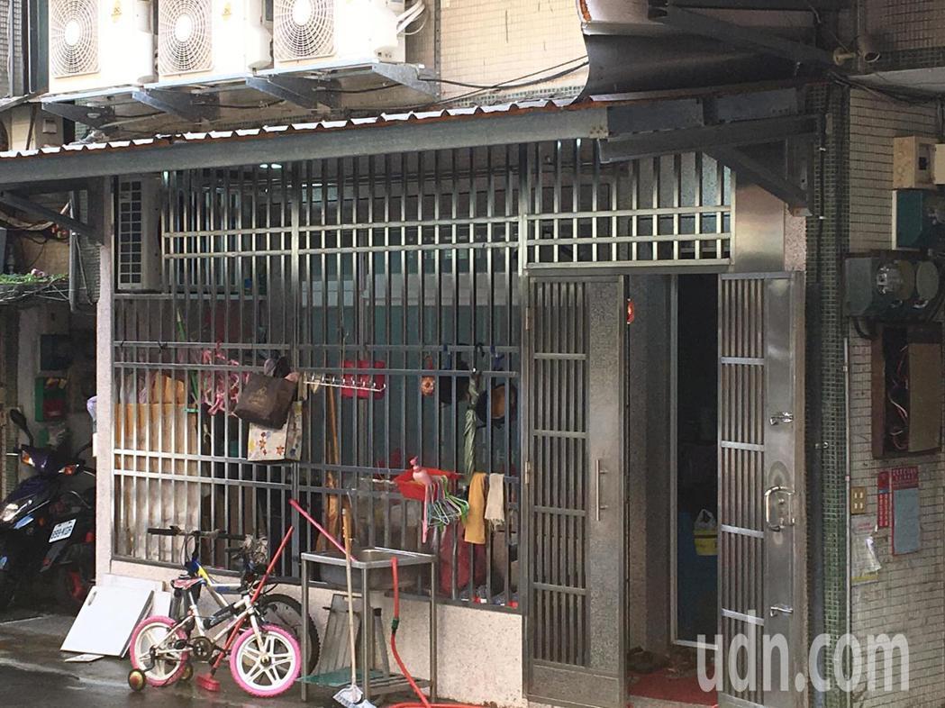 一樓賴的父母家門口還有小兄妹的腳踏車。記者林孟潔/攝影