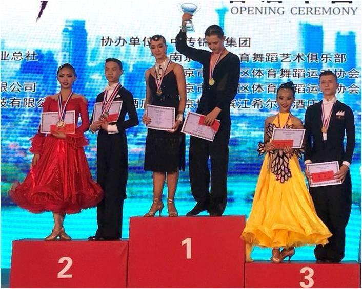 我國舞蹈小將黃子倩(左一)和藍郁翔(左二),在南京世界兒童少年體育舞蹈錦標賽,拿...