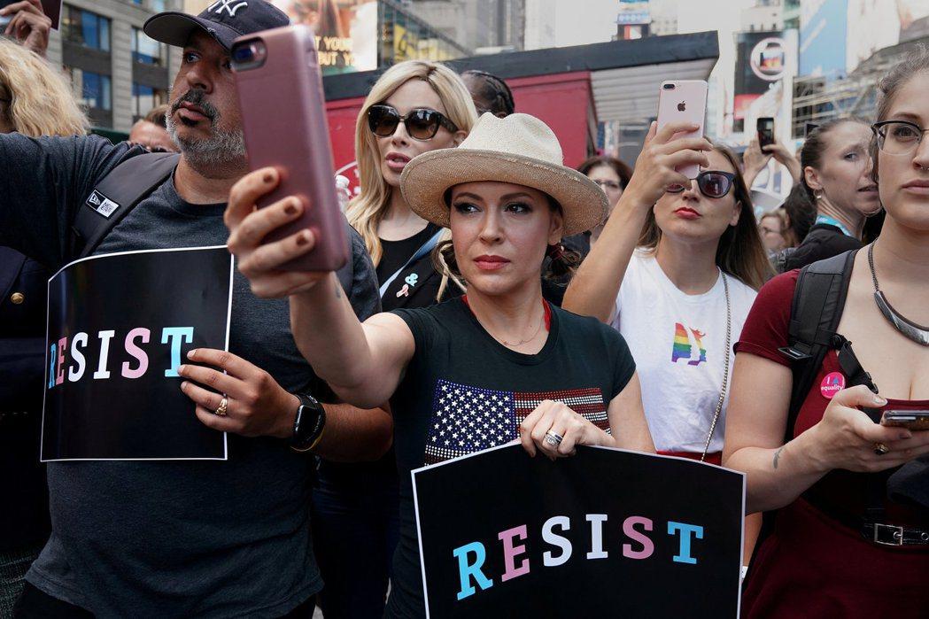 美國女星艾莉莎‧米蘭諾(中)7月26日在紐約時報廣場參加抗議活動。路透