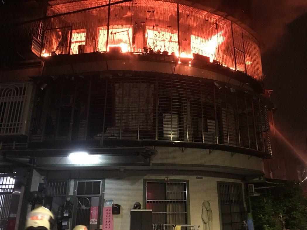 社子公寓大火。記者林孟潔/翻攝