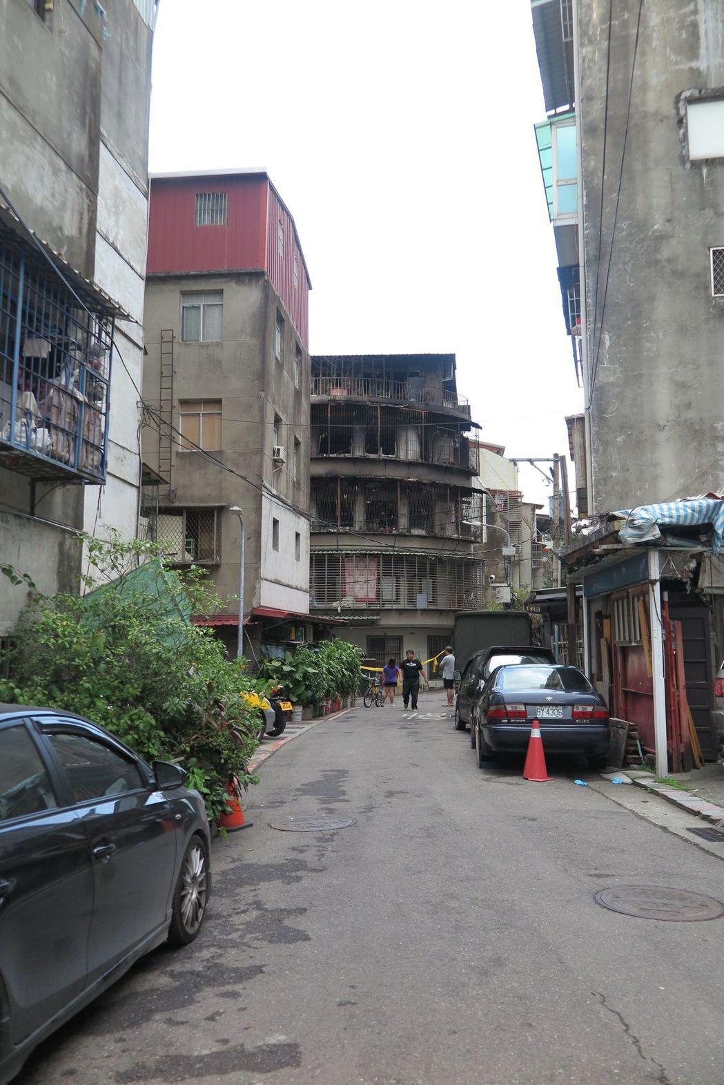 延平北路五段公寓火警,家屬抱怨巷弄狹窄違停多,影響消防車進出。記者林孟潔/攝影