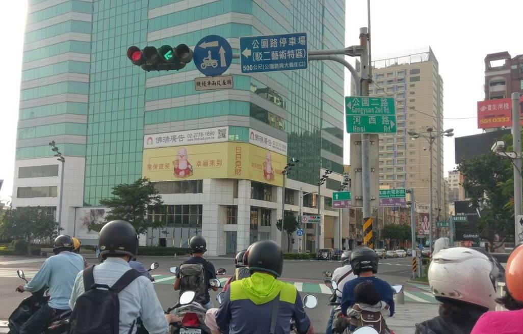 要有藍色的「機慢車兩段左轉標誌」,才一定要兩段式左轉。記者蔡孟妤/攝影