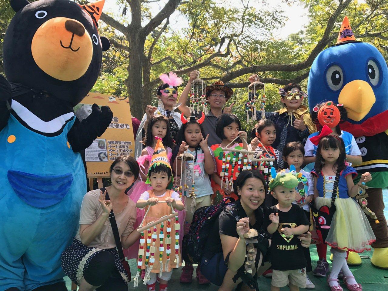 高雄市壽山動物園今天歡慶萬聖節,舉辦「健康灰鸚鵡 頭好壯壯靠搗蛋」活動,民眾超級...