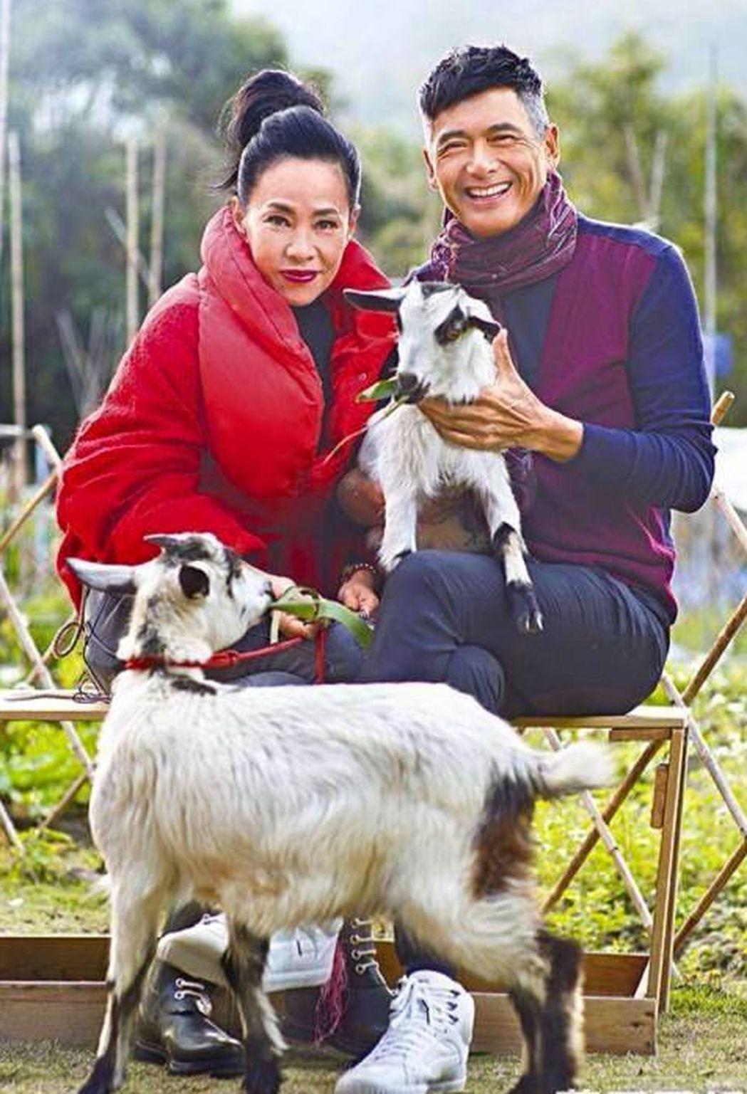 周潤發(右)與太太陳薈蓮。圖/摘自臉書
