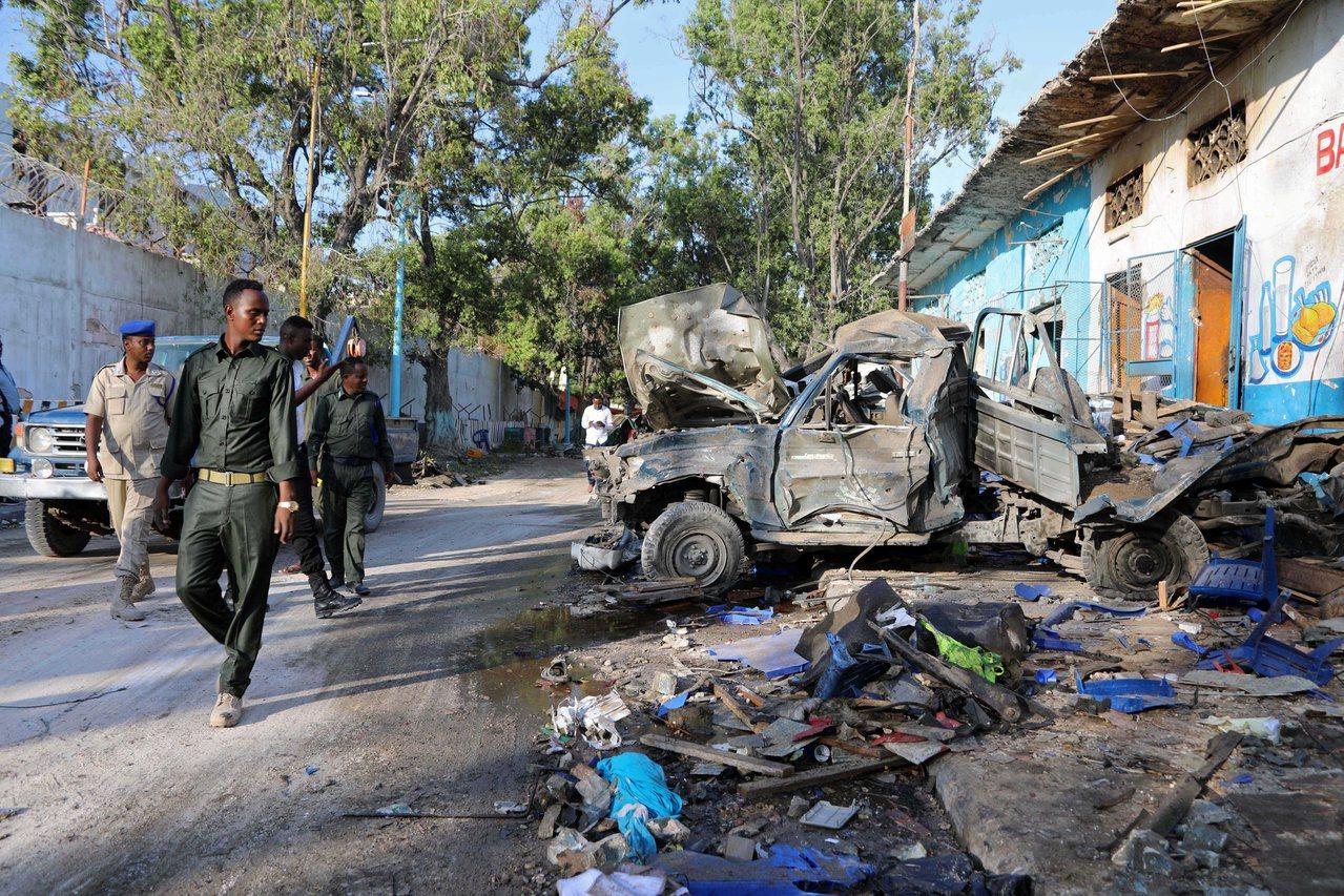極端份子28日在索馬利亞首都摩加迪休一家飯店前引爆汽車炸彈。路透