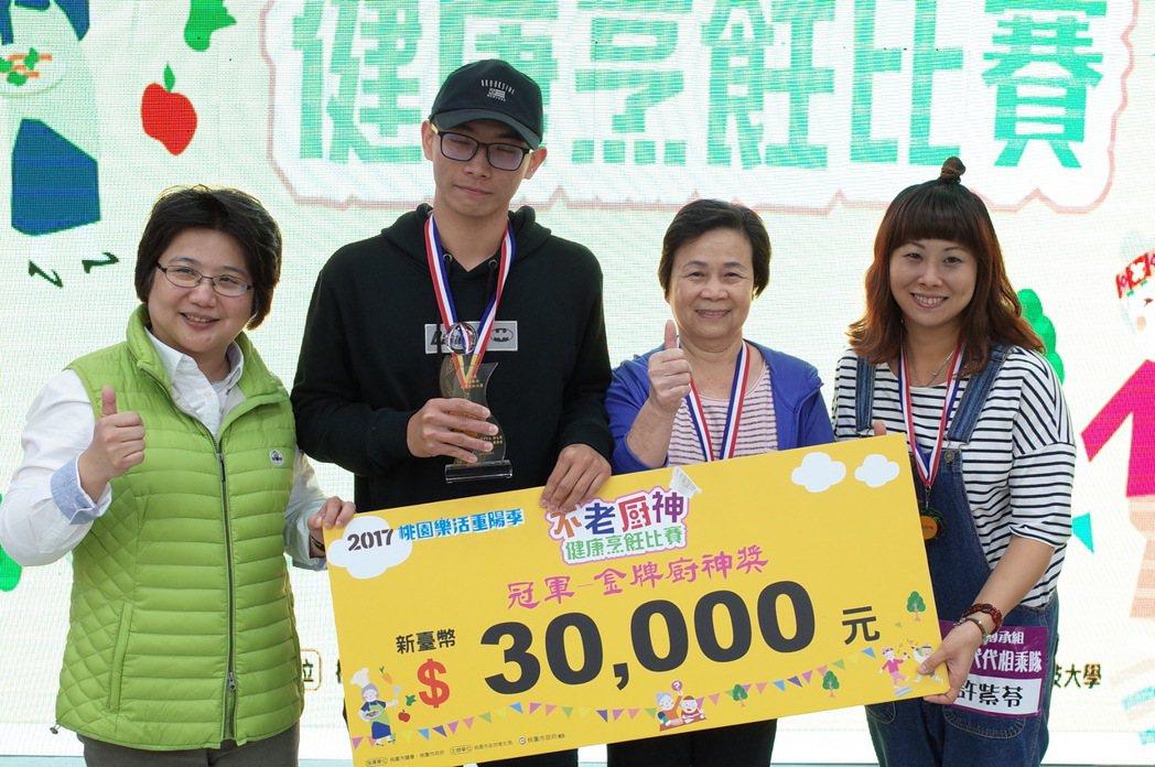 衛生局局長蔡紫君頒家族傳承組冠軍代代相乘隊獎金3萬元。圖/萬能科大提供