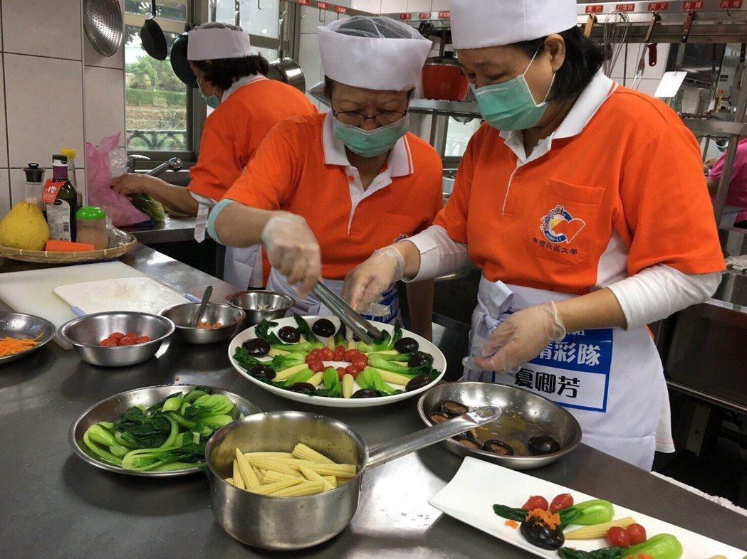 不老廚神比賽製作過程全公開,衛生局還要出版健康食譜。圖/桃園市衛生局提供