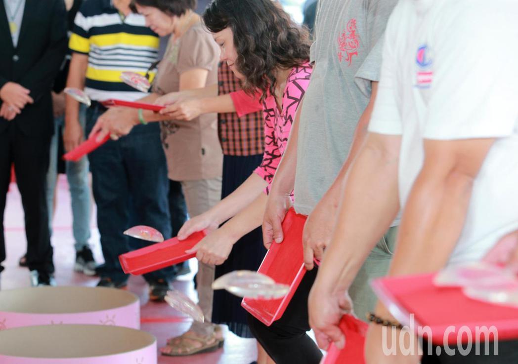 祭出獎金1000萬元的擲筊圓夢賽,是全台獎金最高的擲筊活動。記者劉學聖/攝影