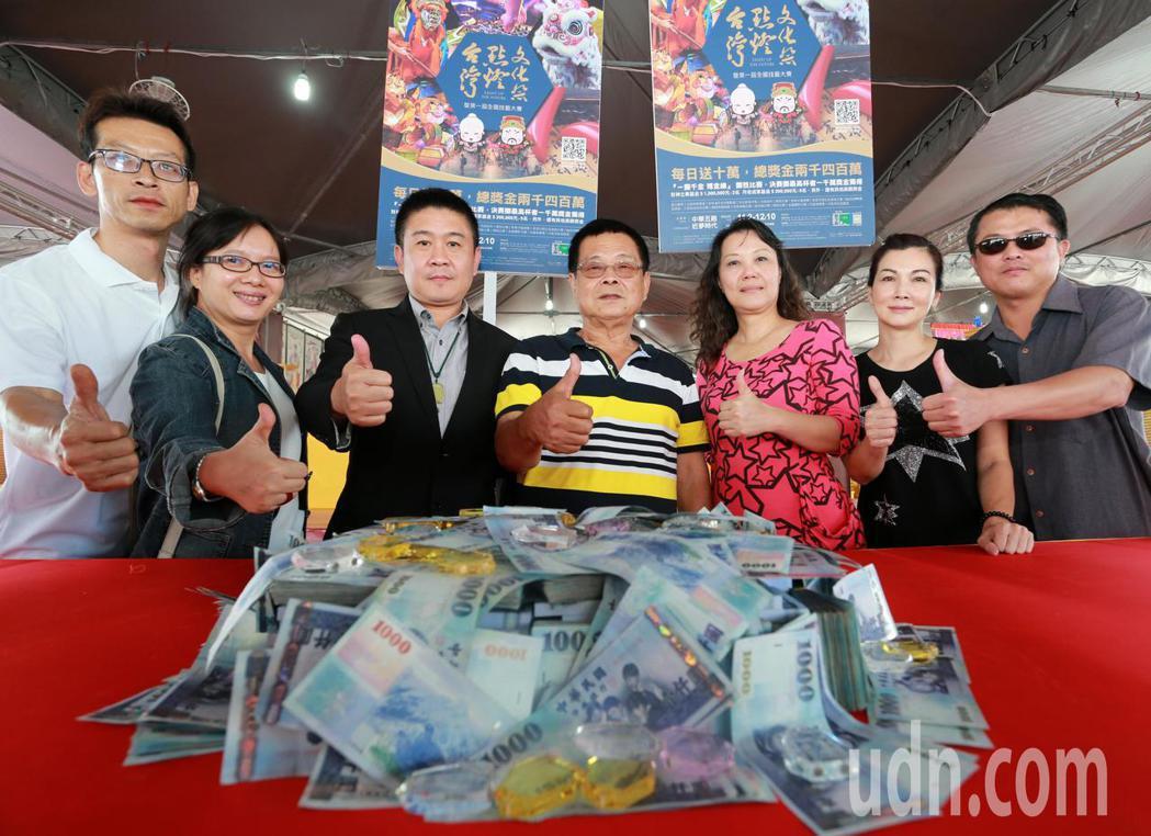 參加擲筊比賽有機會獨得獎金1000萬元的擲筊圓夢基金。記者劉學聖/攝影