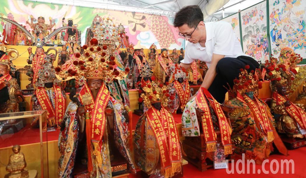 台灣點燈文化祭請來百尊神明大會師。記者劉學聖/攝影