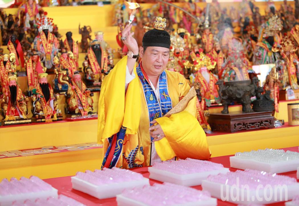 台灣點燈文化祭請來法師現場祈福。記者劉學聖/攝影