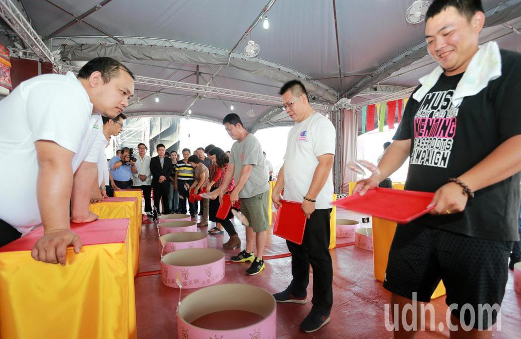 台灣點燈文化祭祭出獎金1000萬元的擲筊圓夢賽,是全台獎金最高的擲筊活動。記者劉...