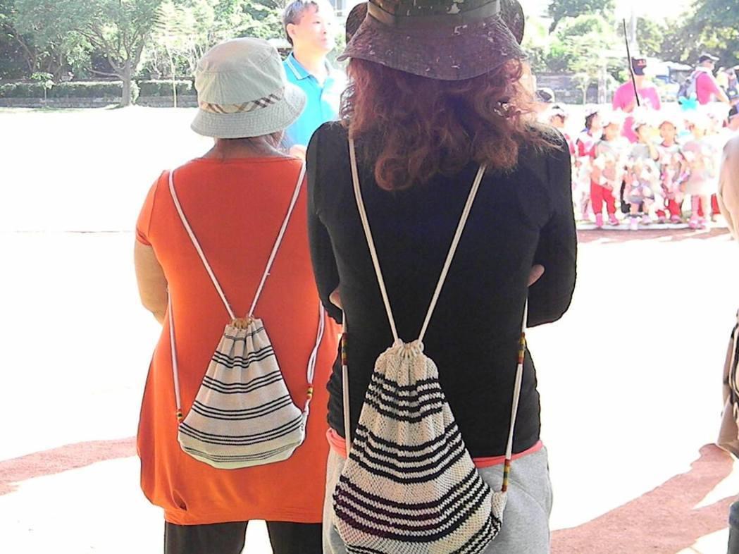 排灣族人不論大小慶典,都會背著羊角鉤織成的背包。圖/線織屋提供