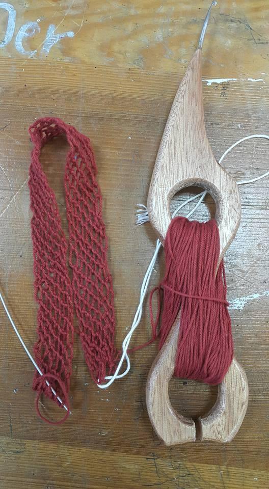 排灣族人用山羊角編織背包。圖/線織屋提供