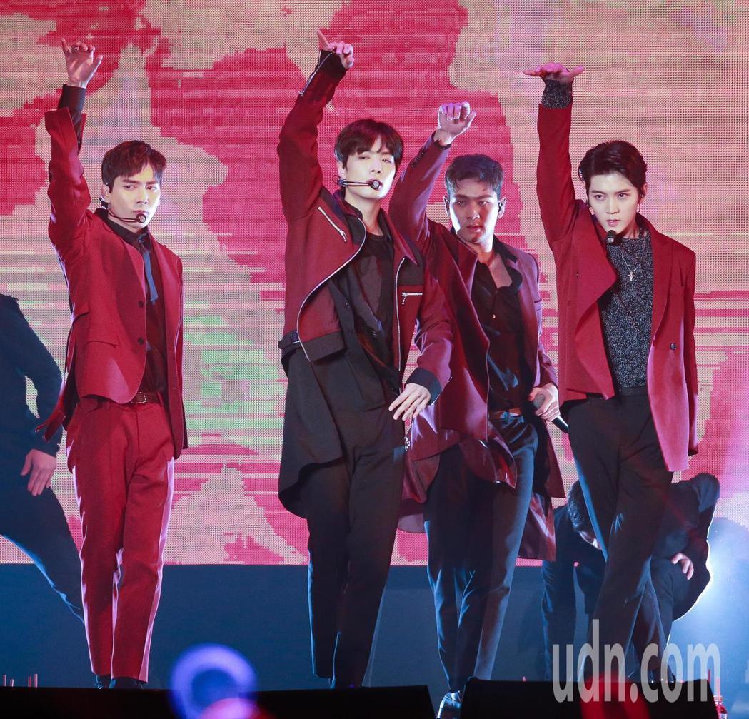 韓國團體「NU'EST W」今天下午在台大體育館舉辦演唱會,吸引大批粉絲前來參加...