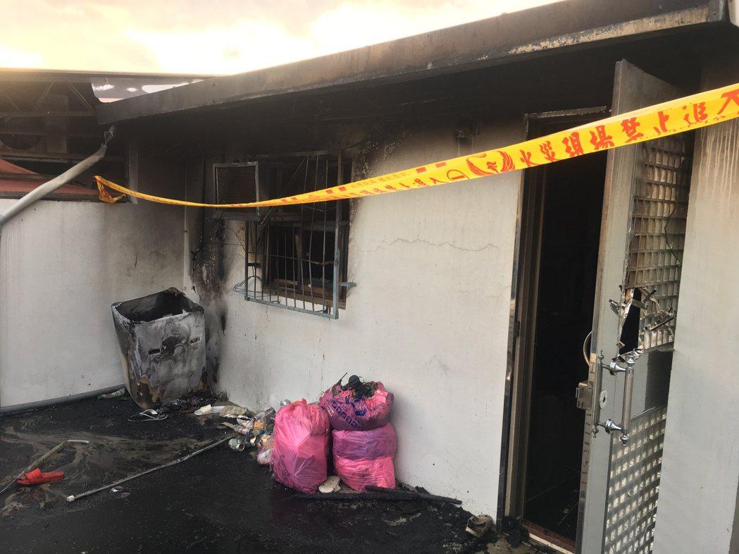 起火點為5樓頂樓加蓋,雖然火勢不大,破壞鐵門後僅花5分鐘即迅速撲滅,進入屋內清理...