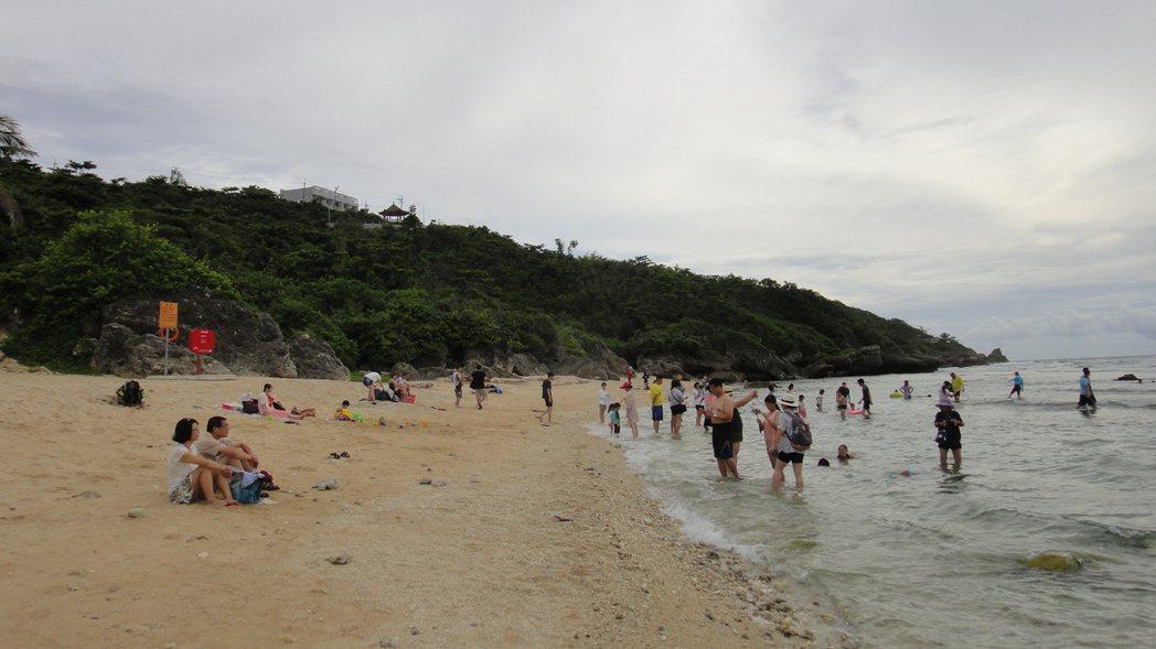 屏東小琉球蛤板灣美景被部落客喻為「威尼斯沙灘」秘境而爆紅,近幾年戲水踏浪人潮增多...