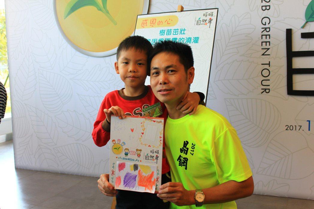 有孩童送上卡片、親吻父親「我愛您」,感動在場許多人。記者郭政芬/攝影